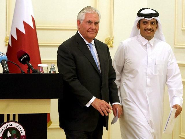 El Secretario de Estado de los Estados Unidos, Rex Tillerson, y el Ministro de Asuntos Exteriores de Qatar, Sheikh Mohammed bin Abdulrahman Al-Thani, abandonan el escenario tras una conferencia de prensa en Doha, el 11 de julio de 2017. Estados Unidos y Qatar anunciaron que firmaron un acuerdo de lucha contra el terrorismo Cuando el emirato enfrenta sanciones de países vecinos que la acusan de apoyar el extremismo.  / AFP PHOTO / STRINGER (El crédito de la foto debería ser STRINGER / AFP / Getty Images)