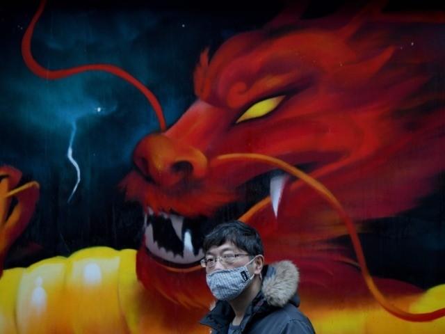 Mężczyzna w masce ochronnej chodzi po parku Yu w Szanghaju 6 lutego 2020 r. - Liczba potwierdzonych infekcji spowodowanych śmiercionośnym wybuchem koronawirusa dotarła do ponad 28 000 w Chinach, a liczba ofiar śmiertelnych przekroczyła 560 w wybuchu, który zmienił się w spiralę globalny kryzys zdrowotny.  …