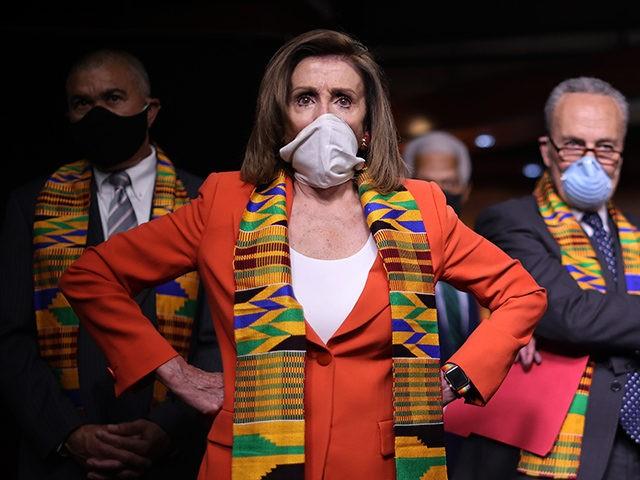 WASHINGTON, DC - 08 IUNIE: Președintele Camerei Nancy Pelosi (D-CA) se alătură colegilor democrați din Cameră și Senat, inclusiv reprezentantul (LR) Lacy Clay (D-MO), liderul minorităților din Senat Charles Schumer (D-NY) ) și House Majority Whip James Clyburn (D-SC), pentru a anunța o nouă legislație pentru a pune capăt utilizării excesive a forței până la ...