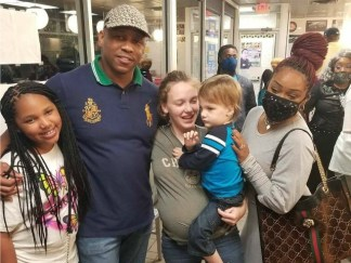 Pregnant Waitress at Atlanta Waffle House Receives Over ,000 in Donations After Encounter With Local Pastor