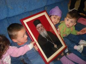 Deca sa slikom vl Artemija