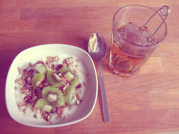 frukost yoghurt med hemmagjord granola, kiwi, te
