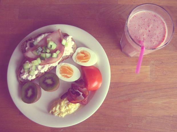 frukost äggröra och bacon med smörgås med räksallad och skinka ägg smoothie