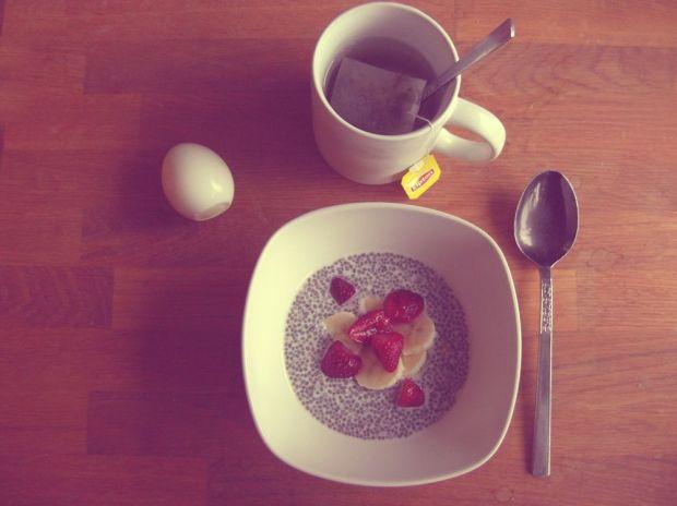 Chiapudding med banan och jordgubbar ett kokt ägg frukost