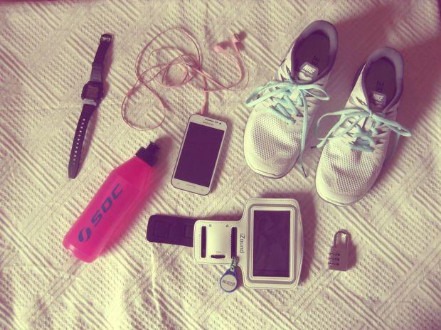 i min gymväska - klocka, mobil och hörlurar, vattenflaska, hänglås och skor