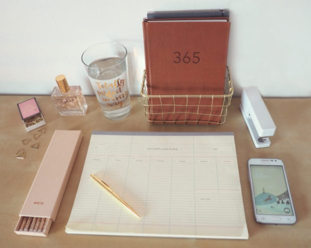 Prylar för det perfekta hemmakontoret - häftapparat, veckoplanering och pennor