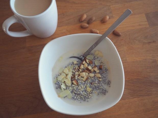 Laktosfri frukost: Chiapudding med mandelmjölk, hackade mandlar och mandelspån samt en kopp te