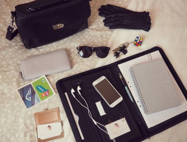 Vad jag har i min jobbväska; Plånbok, tåg- och busskort, visitkort, skinnhandskar, solglasögon, nycklar samt jobbmapp