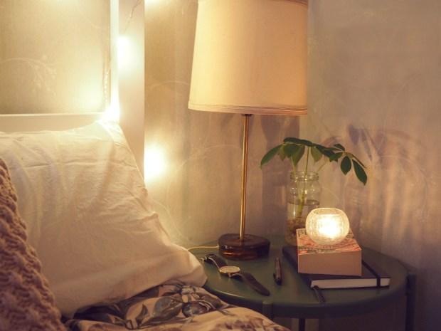 Prioritera din sönm bättre genom att ha ett sängbord med få saker på: lampa, bok, växt, klocka
