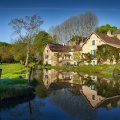 découvrir le chateau de messey et son histoire reflétée dans l'étang du domaine