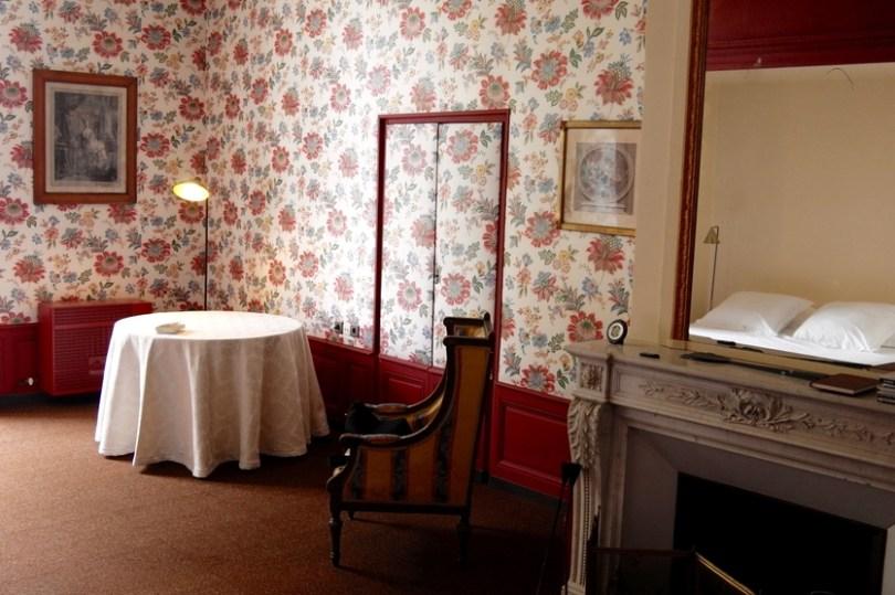 découvrir le chateau de villemorien dans la chambre tapissier chargée d'histoire