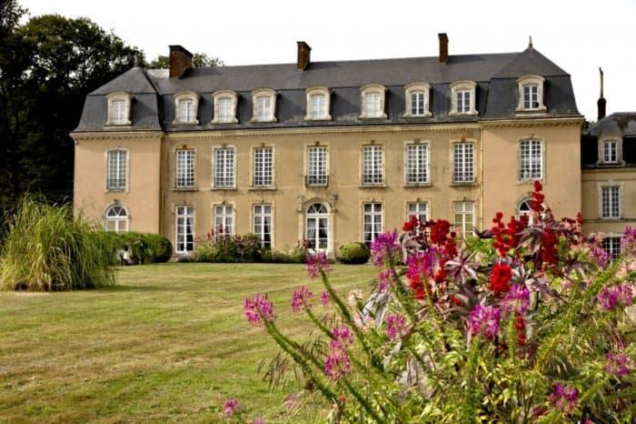 le château de la Groirie et sa propriétaire dans la Sarthe depuis le jardin