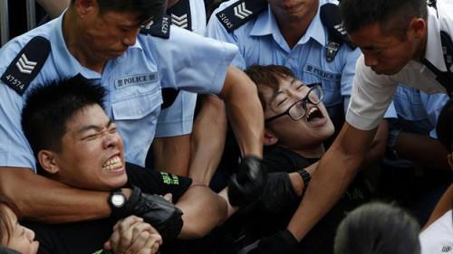 近年香港警察愈來愈明目張膽地使用武力鎮壓示威活動。