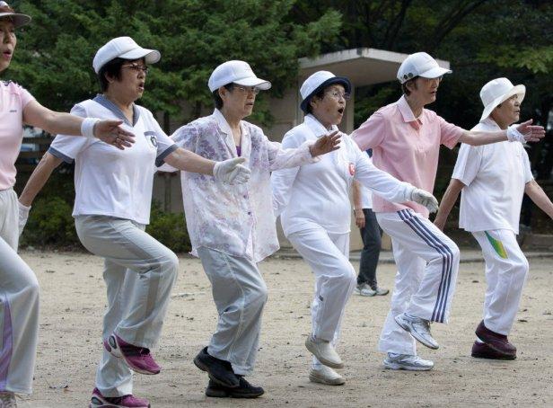 """Vaizdo rezultatas pagal užklausą """"japan people morning"""""""