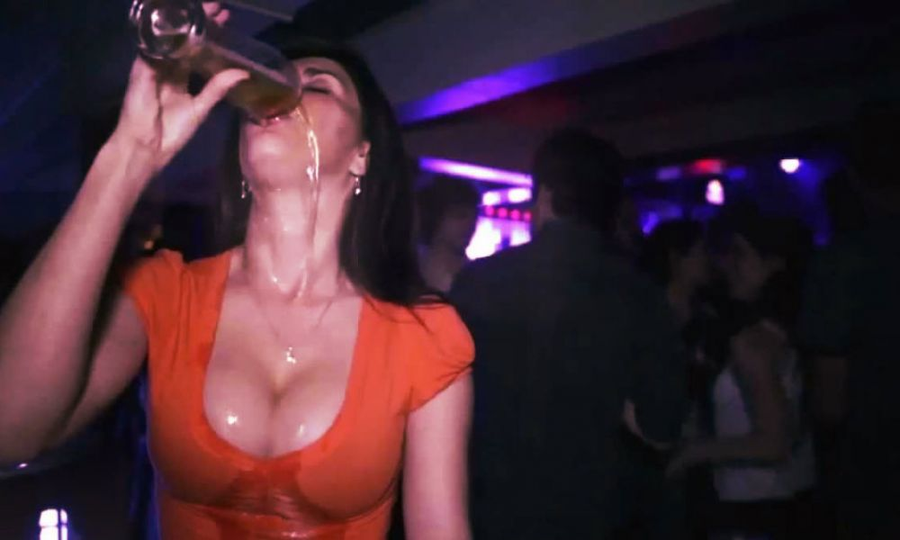 https://i2.wp.com/media.collegetimes.com/YToyOntzOjQ6ImRhdGEiO3M6MjUwOiJhOjQ6e3M6MzoidXJsIjtzOjEyNDoiaHR0cDovL3MzLWV1LXdlc3QtMS5hbWF6b25hd3MuY29tL3N0b3JhZ2UucHVibGlzaGVycGx1cy5pZS9tZWRpYS5jb2xsZWdldGltZXMuY29tL3VwbG9hZHMvMjAxNS8wMS9zZXh5LWRyaW5raW5nLTEwMjR4NTM1LmpwZyI7czo1OiJ3aWR0aCI7aToxMDAwO3M6NjoiaGVpZ2h0IjtpOjYwMDtzOjc6ImRlZmF1bHQiO3M6NDE6Imh0dHA6Ly93d3cuY29sbGVnZXRpbWVzLmNvbS9pL25vSW1hZ2UucG5nIjt9IjtzOjQ6Imhhc2giO3M6NDA6ImMxNzgzNGEyM2E1ZTY0Y2MwOGIwOWJiYzY4N2E4MDAxOWJmNGM0N2EiO30=/shots-shots-shots-what-a-girls-drink-says-about-her.jpg