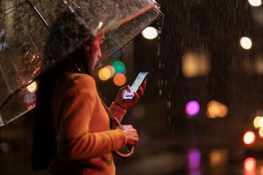 Apple-iPhone-Xs-Max-lifestyle-09122018