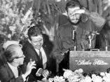 17 de abril. Cubriéndose de las luces de las lamparas, Fidel comienza a hablar ante los miembros de la Sociedad de Editores de Prensa de Washingon. Foto: Revolución.