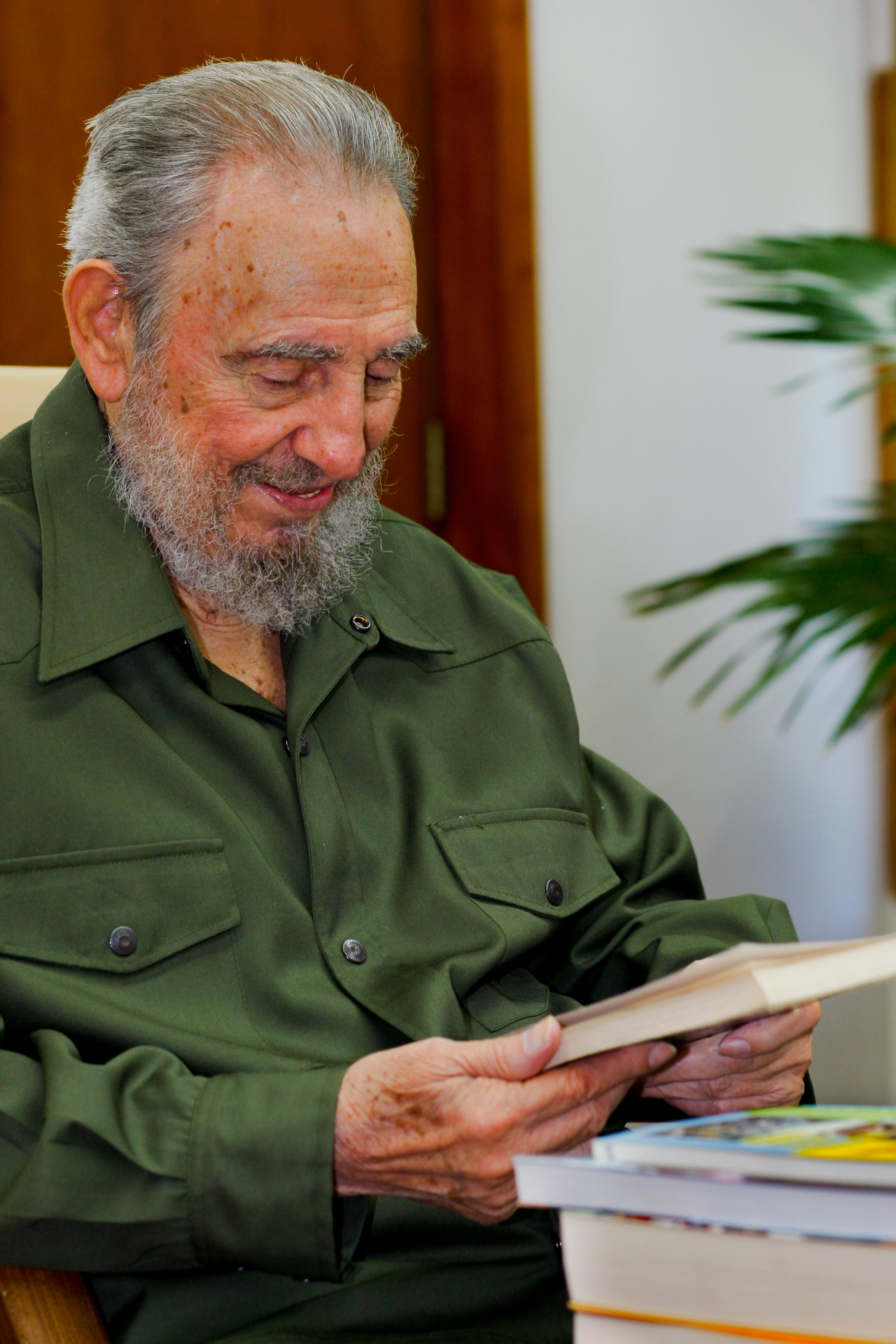 Fidel recibió varios libros entregados por la senadora Córdoba sobre la historia y la realidad actual de Colombia