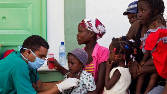 Cuban doctor treats patients affected by cholera in a hospital in L'Estere, Haiti.- Photo: REUTERS