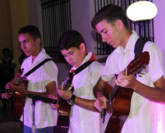 Además de la presentación de los libros, un grupo de niños y adolescentes interpretaron música campesina. De izq. a der. Gabriel Hernández (laud), Norlen Chávez (laud) y Yoandi Zuñiga (tres). Foto: José Raúl Concepción/Cubadebate.
