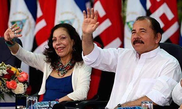 Daniel Ortega junto a Rosario Murillo, quienes tomarán posesión en Nicaragua como presidente y vicepresidente, respectivamente.. Foto: Archivo.
