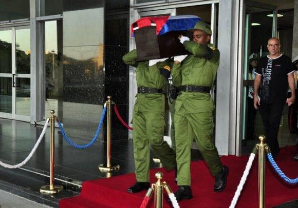 1-el-feretro-es-conducido-al-armon-militar-foto-roberto-garaicoa-martinez-cubadebate