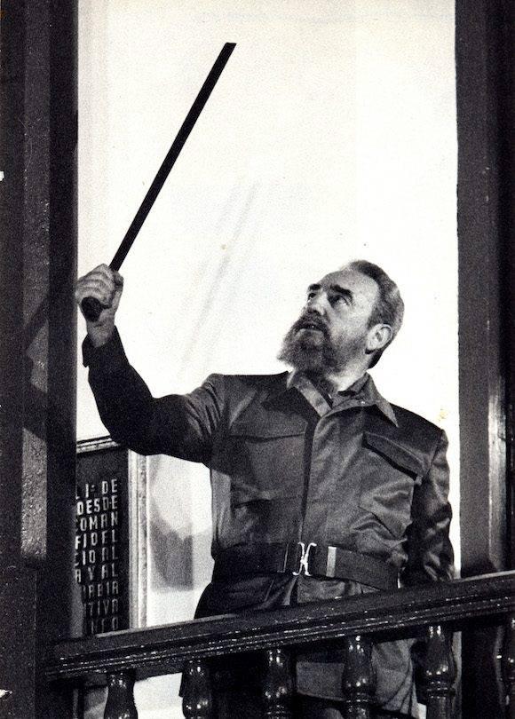 Fidel con el machete de Maceo, acto en el 35 aniversario de la Revolución. Santiago de Cuba. Foto: Ismael Francisco/ Cubadebate (1/1/1994)