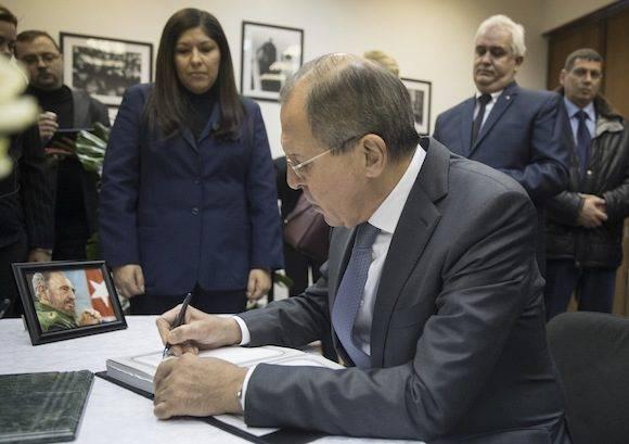 El ministro de Relaciones Exteriores de Rusia, Serguéi Lavrov, escribe un mensaje para el difunto líder cubano Fidel Castro en un libro de condolencias en la Embajada de Cuba ante Rusia en Moscú, Rusia, el martes 29 de noviembre de 2016. Foto: Pavel GoPlovkin/ A
