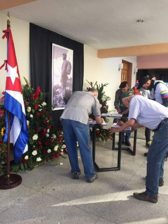 Personas llegan hasta la Embajada de Cuba en Caracas. Foto: @Cubadebate