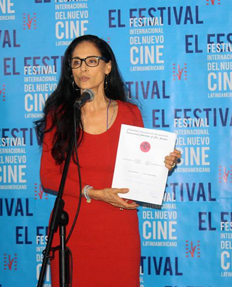 La actriz brasileña Sonia Braga recibe el Premio Quijote, como representante de la película