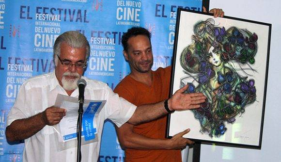 Jonal Cosculluela recibe su segundo premio colateral en el Festilval, el UNICEF 2016. Foto: José Raúl Concepción/ Cubadebate.