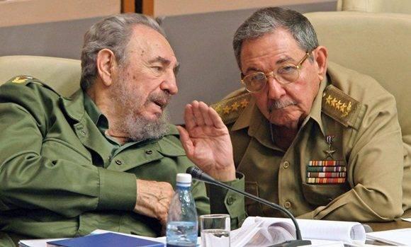 Fidel Castro y su hermano Raúl, entonces ministro de las Fuerzas Armadas Revolucionarias, en diciembre de 2003 en La Habana. ADALBERTO ROQUE AFP