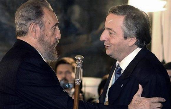 El otrora presidente argentino, Néstor Kirchner, recibe a Fidel en Argentina. Foto: Carlos Luna/ Télam.