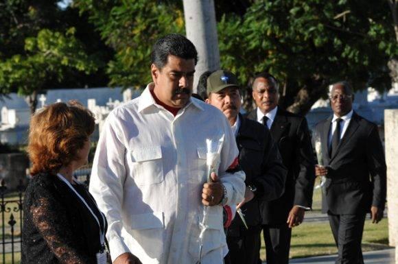 Maduro encabezó a los invitados extranjeros que colocaron flores a Fidel. Foto: Periódico Sierra Maestra