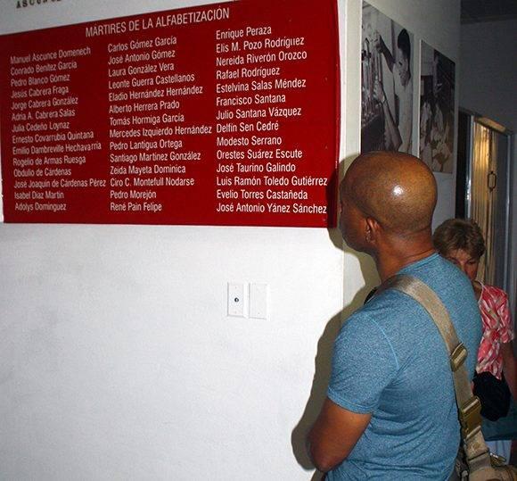 Un visitante observa la lista de mártires de la Campaña de Alfabetización. Foto: José Raúl Concepción/ Cubadebate.