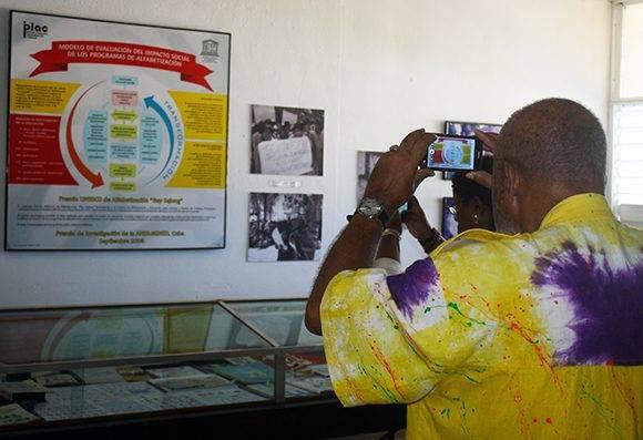 Visitantes toman fotos en el Museo de la Alfabetización, fundado en 1964. Foto: José Raúl Concepción/ Cubadebate.