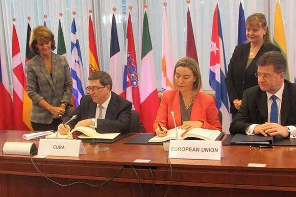 Rodríguez y Mogherini en el momento de la firma. Foto: Prensa Latina.