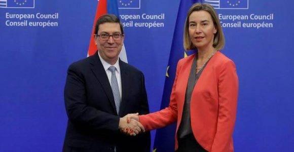 El canciller de Cuba., Bruno Rodríguez, y la alta representante de la Unión Europea, Federica Mogherini, se estrechan la mano luego de firmar el acuerdo en Bruselas. Foto: DPA/ O. Hoslet.