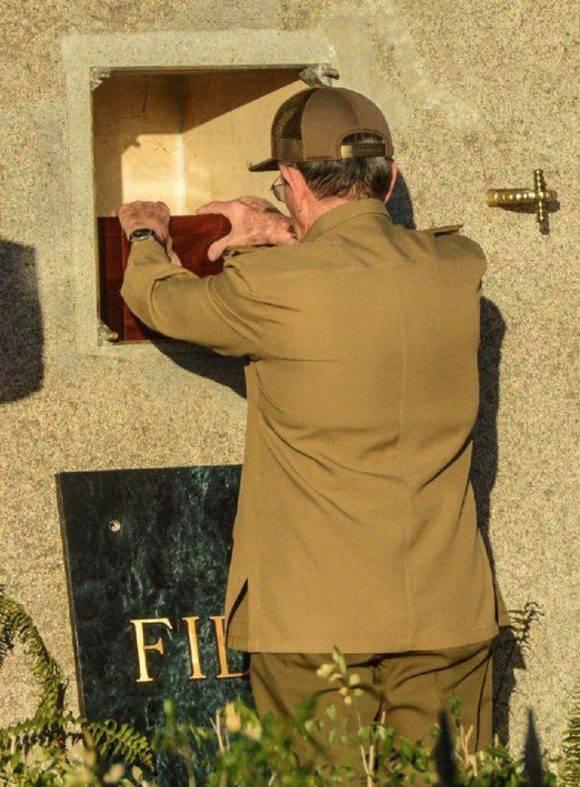 Raúl posa sus manos sobre la pequeña urna donde están las cenizas de Fidel. Se escucha un suspiro hondo. Foto: Marcelino Vázquez Hernández/ ACN