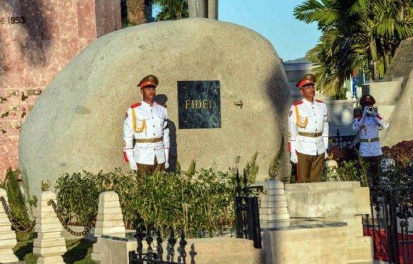 El mausoleo es una piedra pulida, igual que las que abundan en los márgenes del Río Cauto, solo que esta es de granito, pesa más de 2 400 kilogramos por centímetro cuadrado y proviene del yacimiento de Las Guásimas, al este de Santiago de Cuba. Foto: Marcelino Vásquez Hernández/ ACN