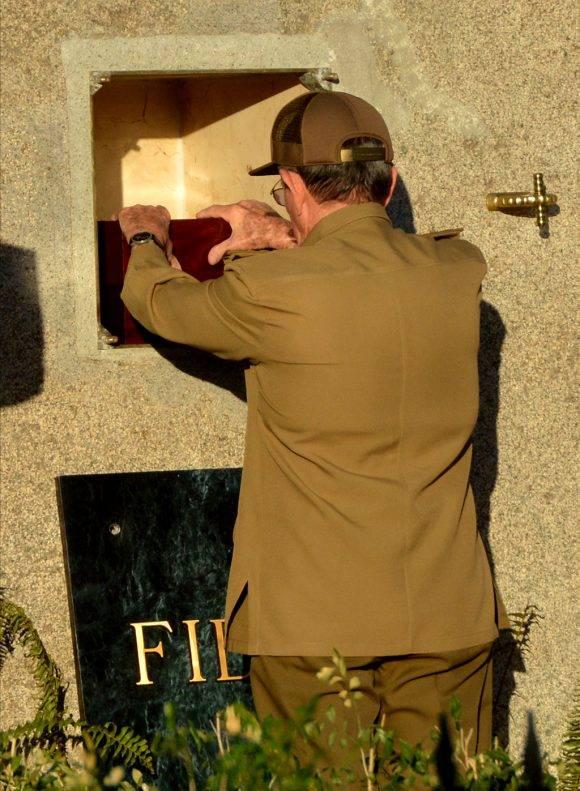 Raúl deposita la pequeña urna con las cenizas de Fidel. Se escucha un suspiro hondo. Foto: Marcelino Vázquez Hernández/ ACN