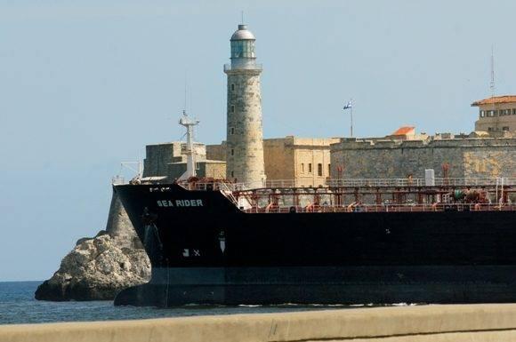 Barco mercante atraviesa la Bahía de la Habana. Foto: Heriberto González Brito.