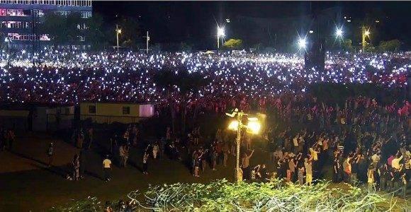 La hora de los conectados: miles de personas prendieron las luces de móviles para acompañar a The Rolling Stones en el Concierto. Foto: Cubadebate.