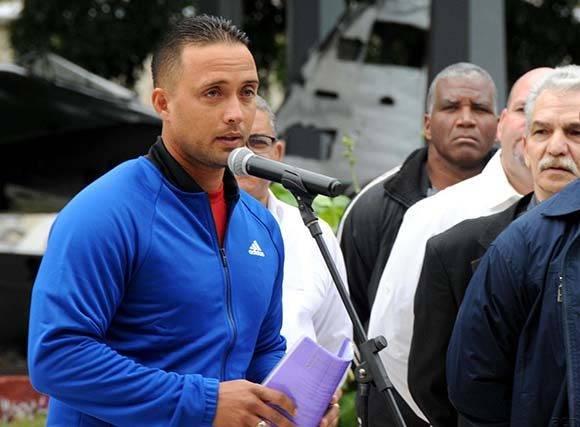 El receptor Frank Camilo Morejón leyó el compromiso de los peloteros, que participarán en la Serie del Caribe, durante la ceremonia de abanderamiento efectuada en el Memorial Granma, en La Habana, Cuba, el 30 de enero de 2017.   ACN FOTO/Omara GARCÍA MEDEROS/ogm