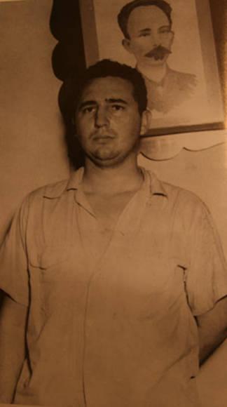 Fidel en el Vivac de Santiago de Cuba, después de su detención en el camino a las montañas para continuar la lucha, iniciada pocos días antes, con el ataque a los cuarteles Moncada y Carlos Manuel de Céspedes, el 1 de agosto de 1953. Periódico Trabajadores/Fidel Soldado de las Ideas