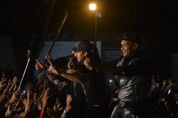 """Descemer Bueno junto a Enrique Iglesias, en la filmación del videoclip """"Súbeme la radio"""".  Foto: Marianela Duflar/ Cubadebate."""