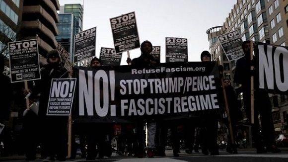 Manifestantes salen a la calle contra Trump a solo un día de su llegada a la Casa Blanca. Foto: Reuters.