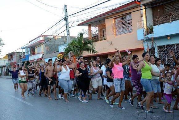 El público también en las calles de Bayamo, capital de Granma. Foto: ACN/ Osvaldo Gutiérrez.