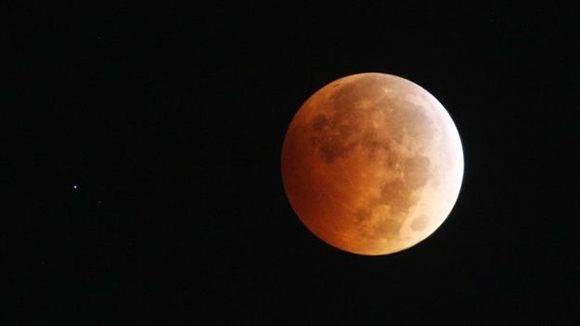 La Luna tendrá dos eclipses, uno penumbral en el que su aspecto se torna semioscuro y con tonos rojizos. Foto: Getty.
