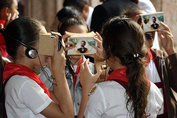 Niños de una escuela primaria de la Habana Vieja acudieron a la presentación del documental y pudieron disfrutar de la nueva tecnología de Google. Foto: José Raúl Concepción/ Cubadebate.
